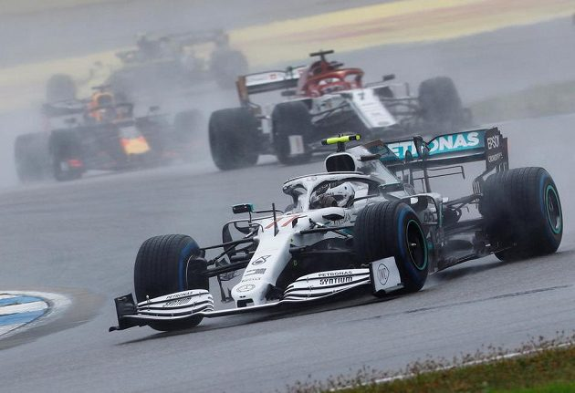 Valtteri Bottas z Mercedesu a za ním gejzíry vody...