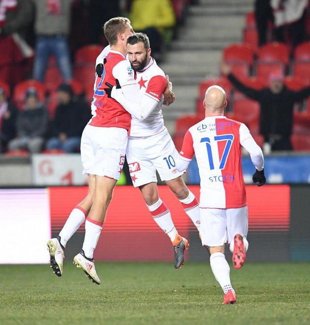 Radost fotbalistů Slavie. Tomáš Souček (vlevo) objal střelce gólu Josefa Hušbauera. Ke spoluhráčům přibíhá Miroslav Stoch.