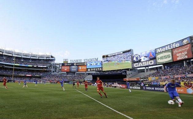 Yankee Stadium v New Yorku během zápasu fotbalistů Chelsea s Paris Saint Germain.