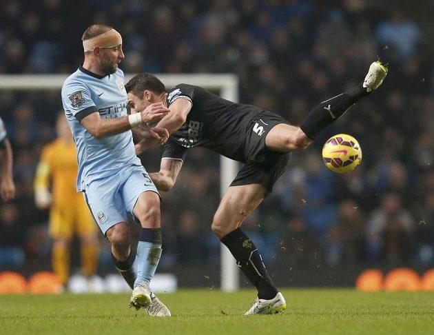 Pablo Zabaleta (vlevo) z Manchesteru City a Jason Shackell z Burnley.