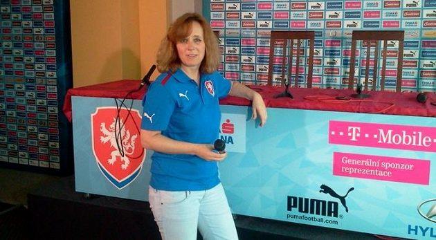 Blanka Holubová z tiskového oddělení FAČR chystá tiskové středisko ve Vratislavi.