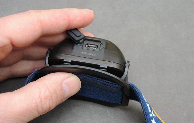 Čelovka Fenix HL26R: Spodní přístup ke konektoru je schován pod silnou vodotěsnou krytkou.