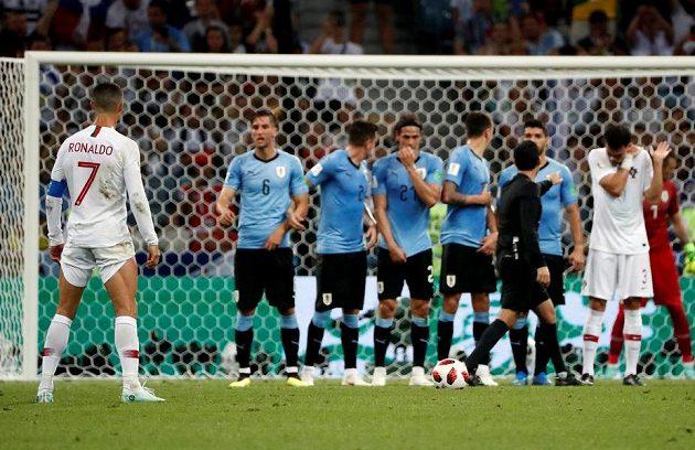 Hlavně si vyhrnout trenky... Portugalec Cristiano Ronaldo se chystá na přímý kop.