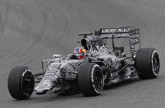 Kde končí zebra, kde začíná silnice...? Maskovaný Red Bull řízený ruským pilotem Daniilem Kvjatem na trati v Jerezu.