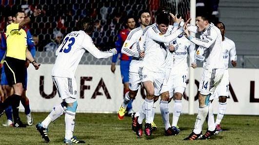 Fotbalisté Schalke 04 oslavují gól v síti Plzně.