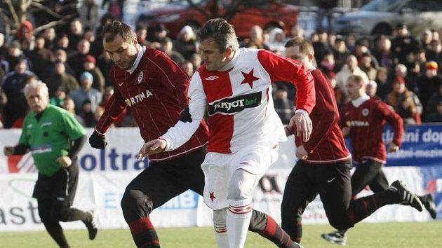 Sparťan Lokvenc a slávista Janoušek během silvestrovského derby.
