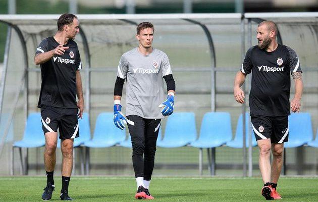 Nová dvojce trenérů brankářů Michal Špit (vlevo) a David Bičík (vpravo) a brankář Sparty Praha Milan Heča během prvního tréninku sezony 2020/2021.
