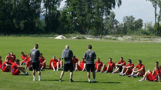 Hráči jedenadvacítky naslouchají trenérům.