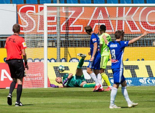 Brankář Karviné Petr Bolek inkasuje první gól.