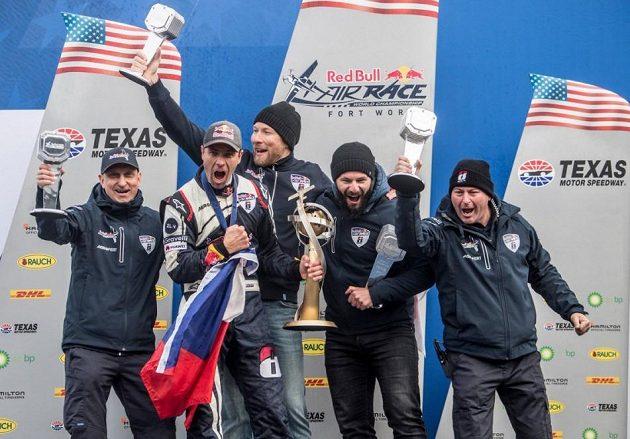 Martin Šonka se svým týmem a trofejí pro mistra světa.