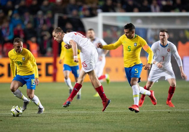 Fotbalisté Brazílie Everton (vlevo) a Casemiro a mezi nimi Tomáš Souček.