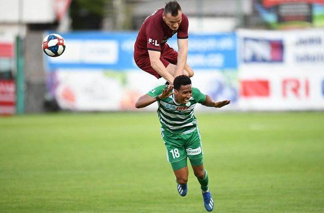 Stoper Sparty Lukáš Štetina a jeho ostrý atak Jhona Mosquery z Bohemians během utkání nejvyšší fotbalové soutěže.
