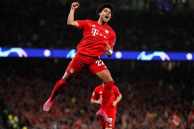 Čtyřgólový bombarďák Serge Gnabry z Bayernu Mnichov slaví na hřišti Tottenhamu v utkání Ligy mistrů.