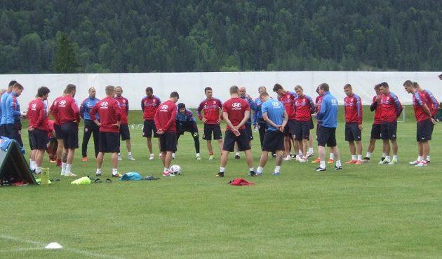 Hráči naslouchají trenéru Pavlu Vrbovi.