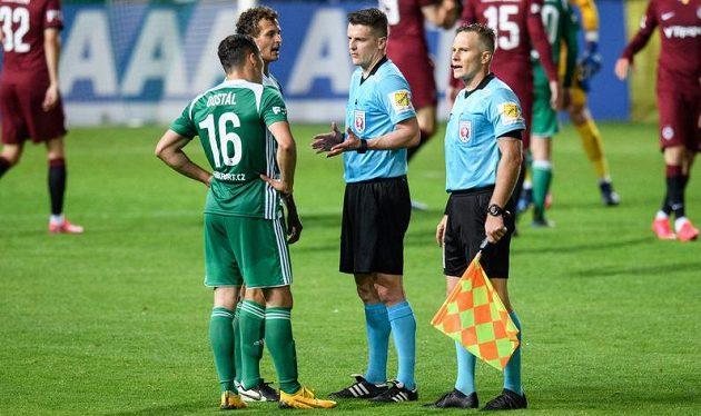 Emoce po vstřeleném gólu Sparty během malého pražského derby. Hlavní rozhodčí Zbyněk Proske (uprostřed) a hráči Bohemians si měli co vysvětlovat