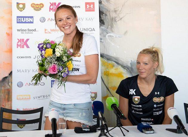 Beachvolejbalistky Kristýna Hoidarová Kolocová (vlevo) a Michala Kvapilová během tiskové konference k ukončení kariéry Hoidarové Kolocové.