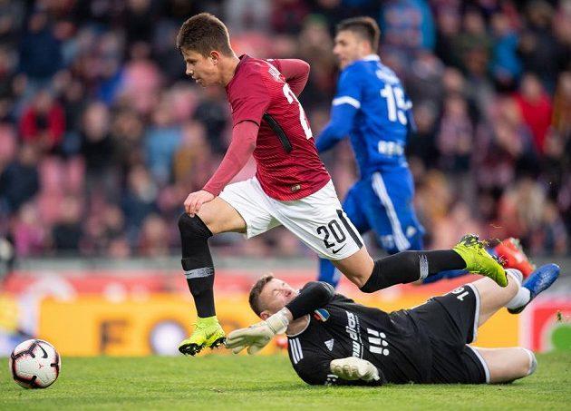 Adam Hložek ze Sparty překonává brankáře Baníku Ostrava Jana Laštůvku a střílí gól na 3:0.