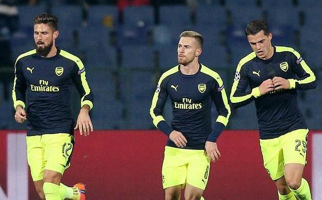 Granit Xhaka (vpravo) z Arsenalu se spoluhráči oslavuje gól proti Ludogorci Razgrad.