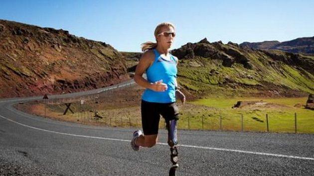 Triatlonistka Sarah Reinertsenová při běžeckém tréninku.