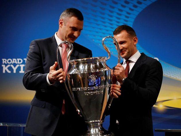 Trofej pro vítěze Ligy mistrů dostala mocného ochránce, bývalého boxera Vitalije Klička (vlevo). Spolu s ním na ni bude dohlížet ambasador finále Andrej Ševčenko.