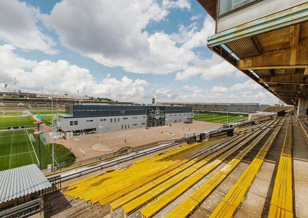 Celkový pohled na zrekonstruované tréninkové centrum Sparty na Strahově z ochozů starého spartakiádního stadionu.