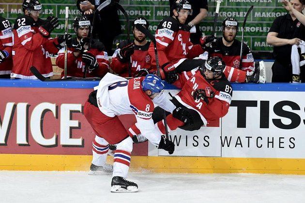 Český obránce Jan Hejda a Sidney Crosby z Kanady.