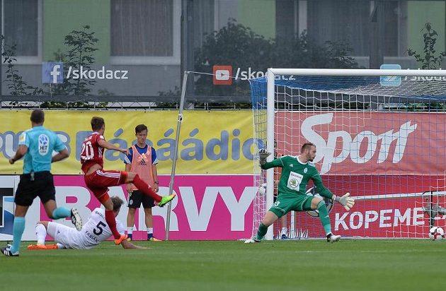 Olomoucký Šimon Falta střílí druhý gól Sigmy na hřišti Mladé Boleslavi.