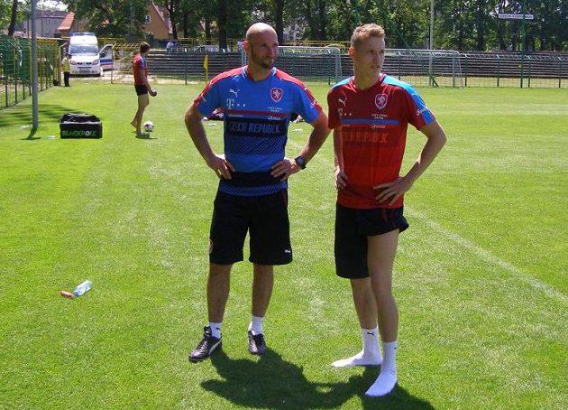 Kondiční trenér Pavel Rada (vlevo) a záložník Jakub Jankto po tréninku na mistrovství Evropy hráčů do 21 let.