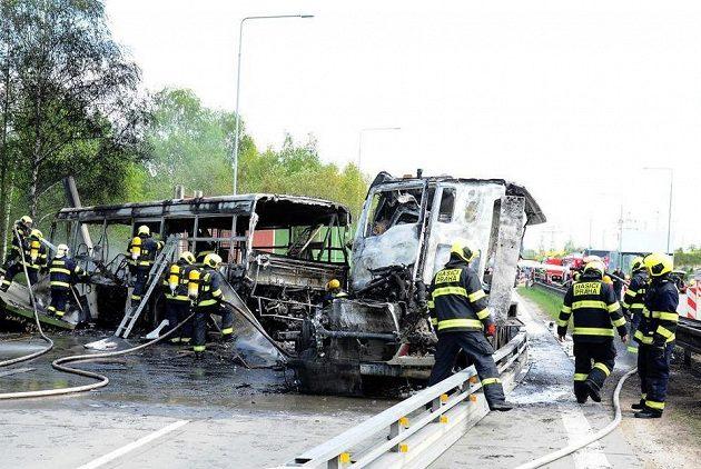 Hasiči likvidují následky srážky nákladního auta, které vezlo tanky, s autobusem vězeňské služby.