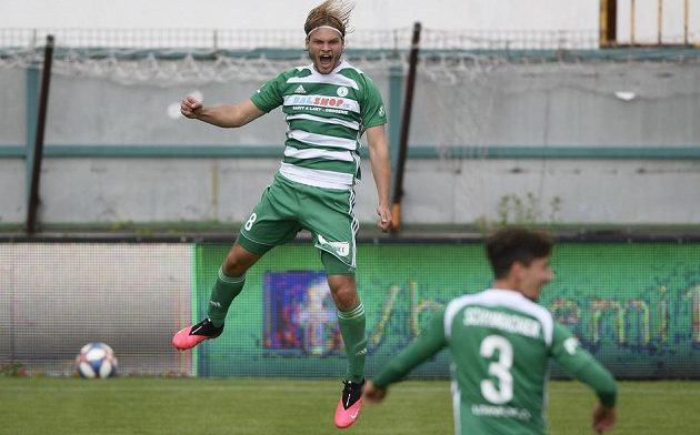 Matěj Pulkrab z Bohemians (vlevo) se raduje z třetího gólu.