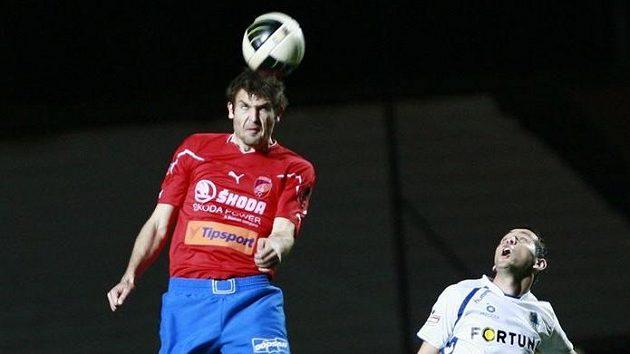 Plzeňský obárnce Navrátil odhlavičkovává míč před útočníkem Liberce Andrejem Keričem.