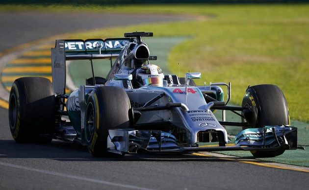 Mercedes řízený Lewisem Hamiltonem během druhého tréninku na GP Austrálie.