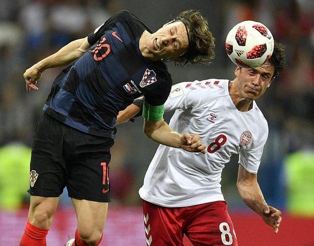 Bitva o každý míč! Zleva Chorvat Luka Modrič a Dán Thomas Delaney.