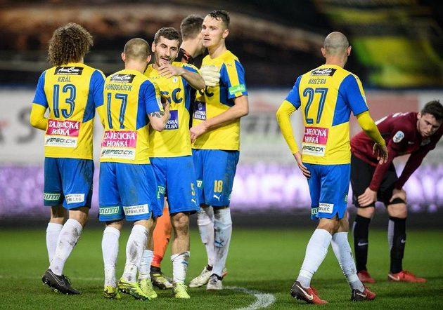 Fotbalisté Teplic oslavují remízu 1:1 se Spartou.