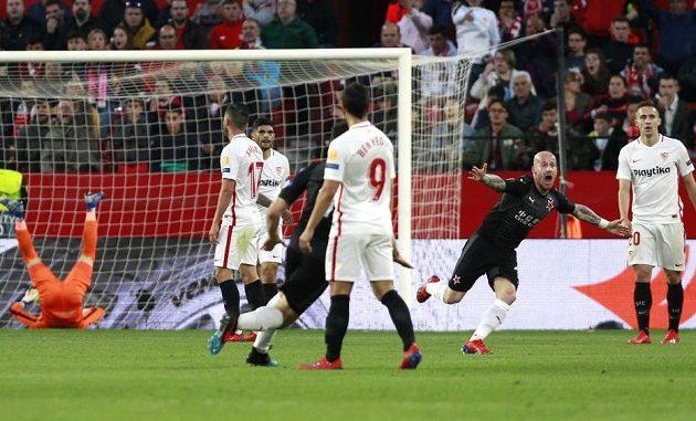 Slávista Miroslav Stoch (druhý zprava) se raduje z gólu proti Seville.