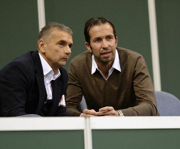 Osobnost v hledišti během Fed Cupu. Na snímku vpravo je tenisový trenér Radek Štěpánek.