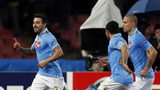 Ezequiel Lavezzi z Neapole (vlevo) se raduje z gólu.