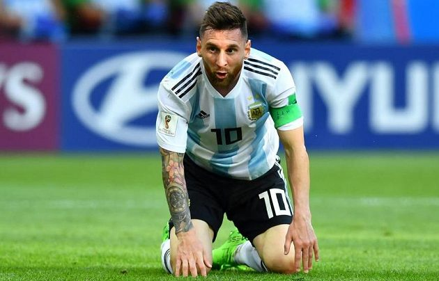 Argentina i její lídr Lionel Messi na kolenou. Fotbalisté jihoamerické země dohráli na MS 2018 v osmifinále.