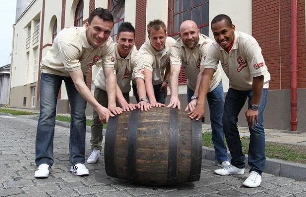 Vyvalte sudy! Pivovarská parta zleva Lafata, Petržela, Limberský, Štajner a Gebre Selassie v akci.