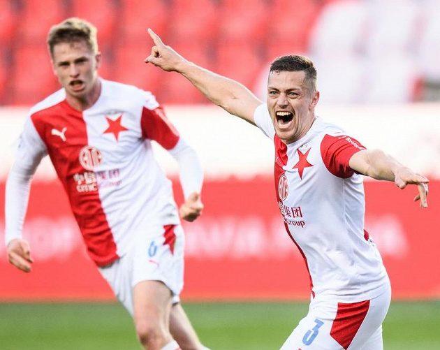 Tomáš Holeš ze Slavie Praha oslavuje gól na 1:0 během derby se Spartou.