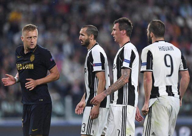 Já nic, já muzikant... Zleva monacký Kamil Glik a kohouti z Juventusu, Giorgio Chiellini, Mario Mandžukič a Gonzalo Higuaín.