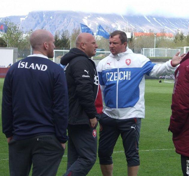 Nechtějí nás pustit na celé hřiště! Trenér Pavel Vrba (vpravo) v živé debatě s manažerem náodního týmu Dušanem Fitzelem.