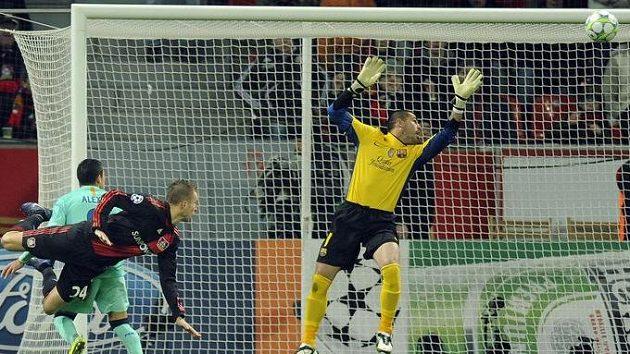 Michal Kadlec z Bayeru Leverkusen (vlevo) střílí gól gólmanovi Barcelony Victoru Valdésovi.