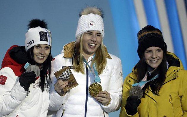 Trio nejlepších ze závodu super-G. Uprostřed česká senzace - Ester Ledecká - se zlatou medailí.
