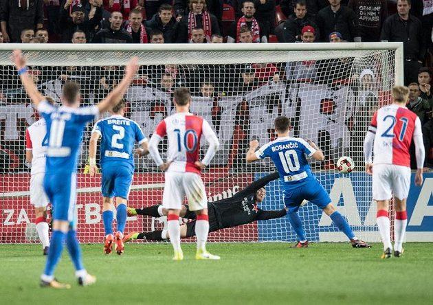 Liberecký záložník Miloš Bosančič střílí Slavii gól z penalty.