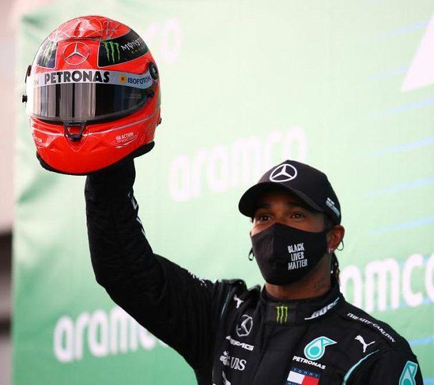 Lewis Hamilton s nejcennější trofejí, helmou Michaela Schumnachera...