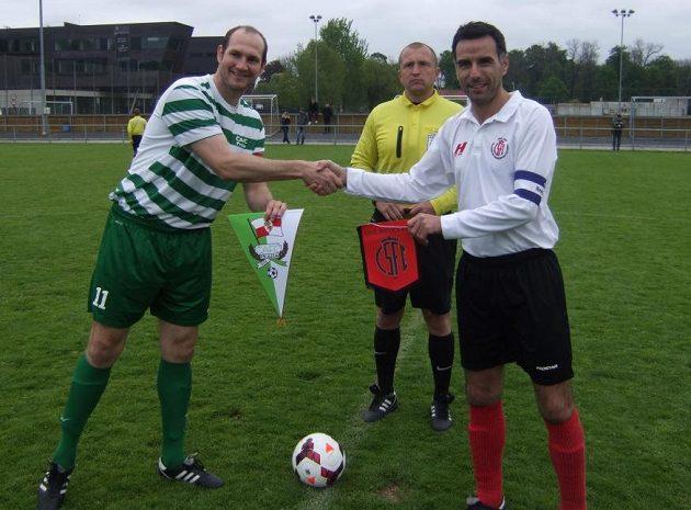 Zdravice kapitánů - zleva Martin Chvátal (ČAFC) a Ryan Cameron (Civil Service).