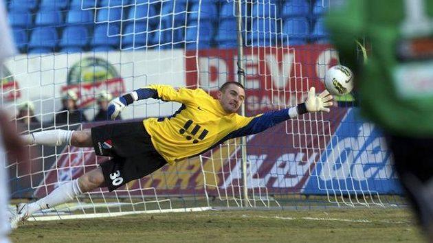 Brankář domácí Ostravy David Pietrzkiewicz inkasuje první gól.