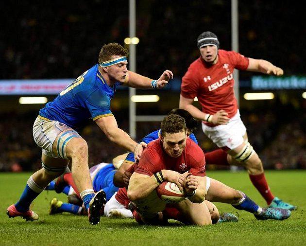 George North (Wales) skóruje proti Itálii.