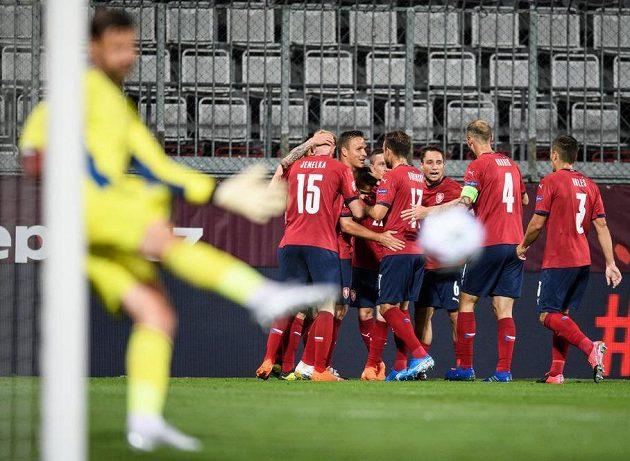 Fotbalisté české reprezentace oslavují Peškův gól na 1:0 během utkáním Ligy národů se Skotskem.